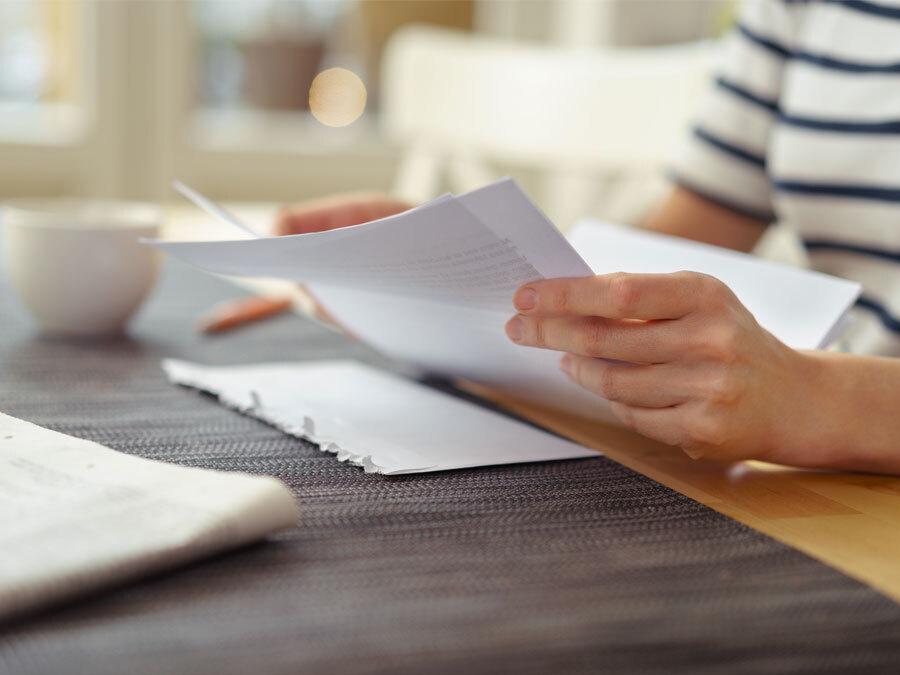 Eine Frau liest einen offiziellen Brief zur Mietminderung.