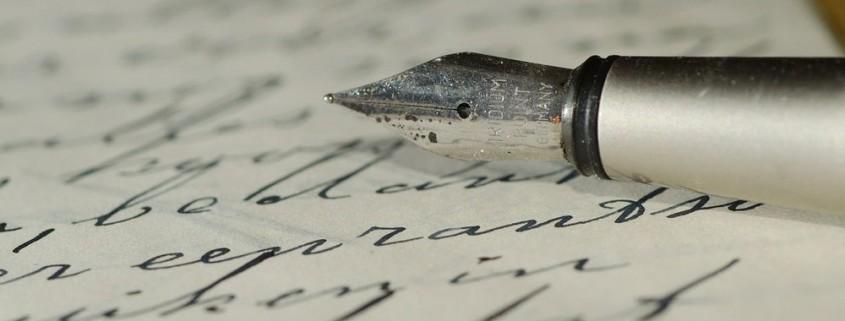 Ein mit dem Füller geschriebenes Testament liegt auf dem Tisch.