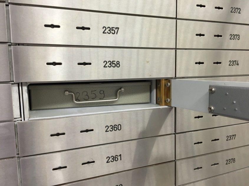 Ein Bankschließfach mit einer Kassette. Den Notfallordner sollte man besser griffbereit haben.