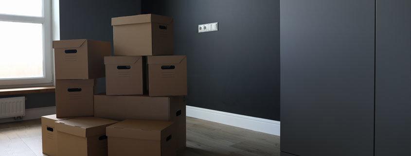 Umzugskisten in einer leeren Wohnung. Muss der Partner ohne Mietvertrag ausziehen.