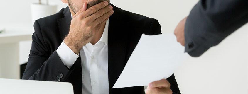 Ein Arbeitnehmer ist schockiert. Er hat eine Abmahnung im Arbeitsrecht erhalten.