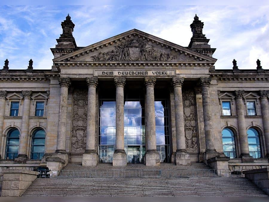 Der Bundestag hat ein neues Gesetz erlassen, in dem auch Tattoos geregelt sind.