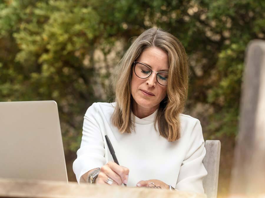 Eine Frau ändert handschriftlich ihre Patientenverfügung.