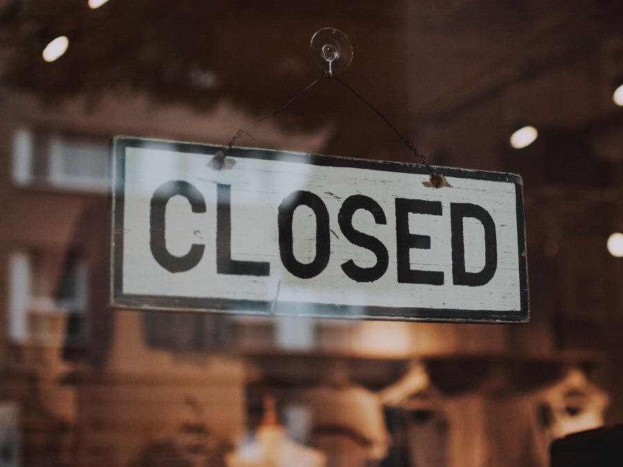 """Ein Ladengeschäft mit dem Schild """"closed""""."""