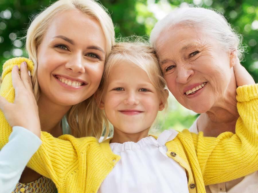Mutter, Tochter und Enkelin überlegen denken an Ersatzerben.