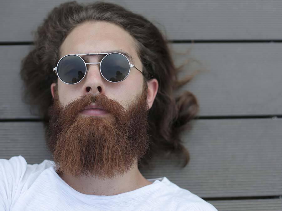Ein junger Mann mit Vollbart und Sonnenbrille möchte sich als Untermieter nicht persönlich vorstellen.