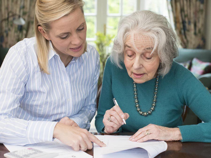 Eine ältere Dame möchte ihre Vollmacht ändern. Dabei hilft ihr eine junge Frau. Es ist ihre Tochter und die Bevollmächtigte.