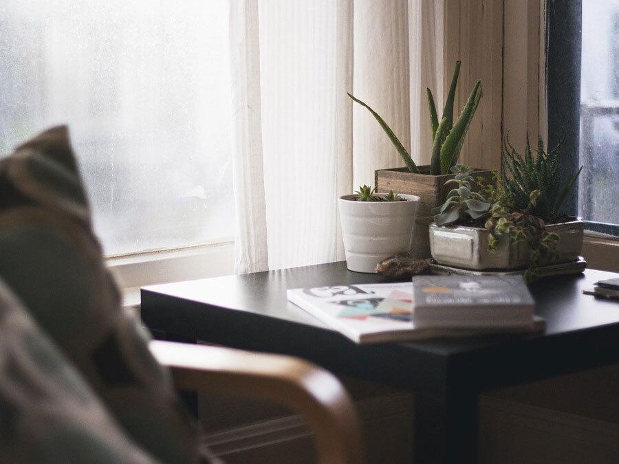 Ein kleiner Arbeitsplatz am Fenster. Ist das Homeoffice an diesem Platz zumutbar?
