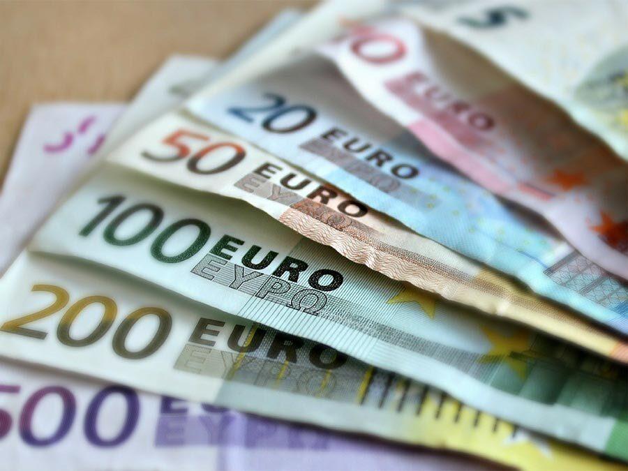 Ein Stapel mit Geldscheinen. Abstandszahlungen können teuer sein.