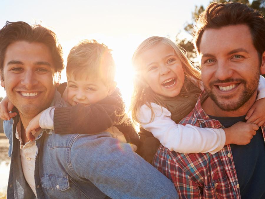 Zwei Väter mit zwei adoptierten Kindern. Die Familie steht erbrechtlich jeder anderen Familie gleich.