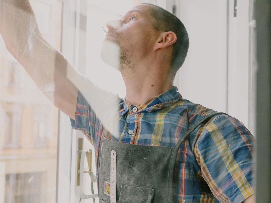 Ein Maler und Lackierer mit verschmutzter Arbeitskleidung. Wer ist für die Reinigung der Arbeitskleidung zuständig.