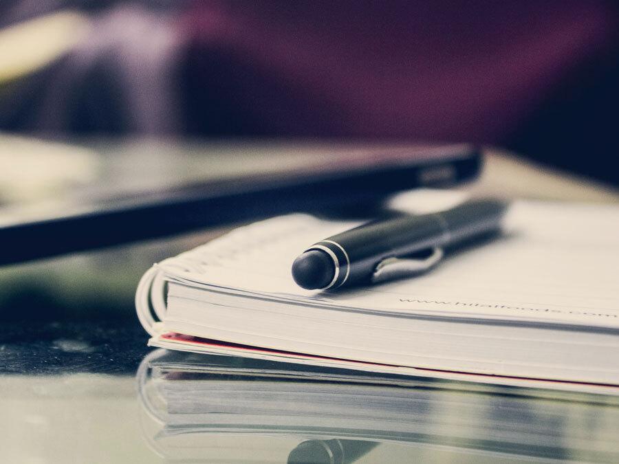 Ein Block und ein Stift – die Nachlassverwaltung beantragen ist leicht.