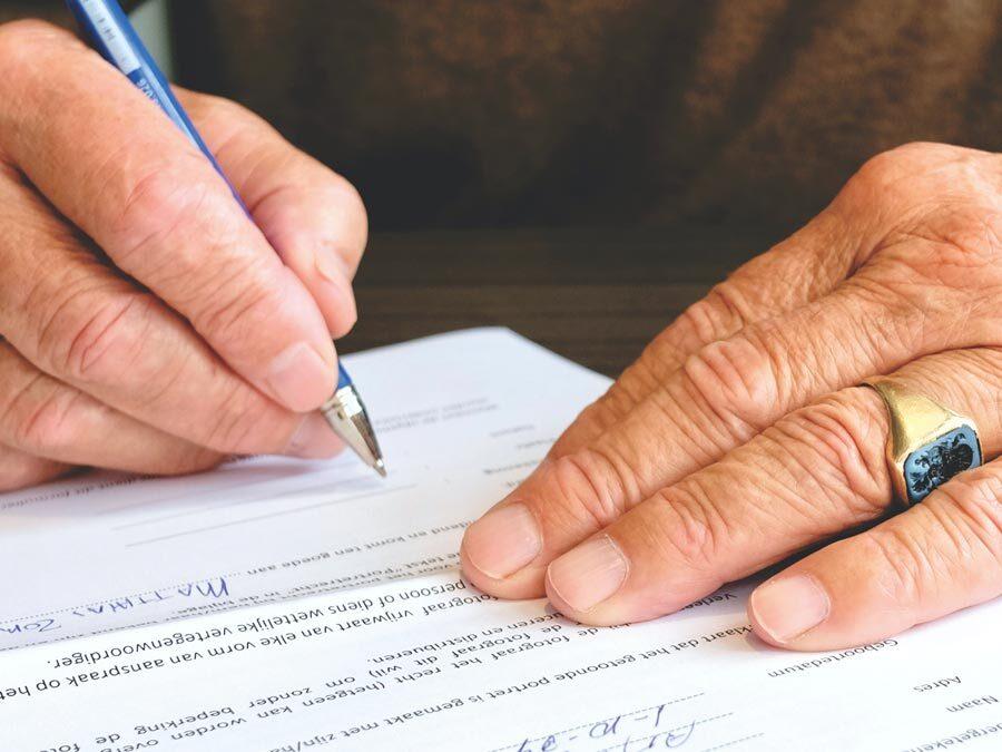 Ein Vater unterschreibt eine Mietbürgschaft.