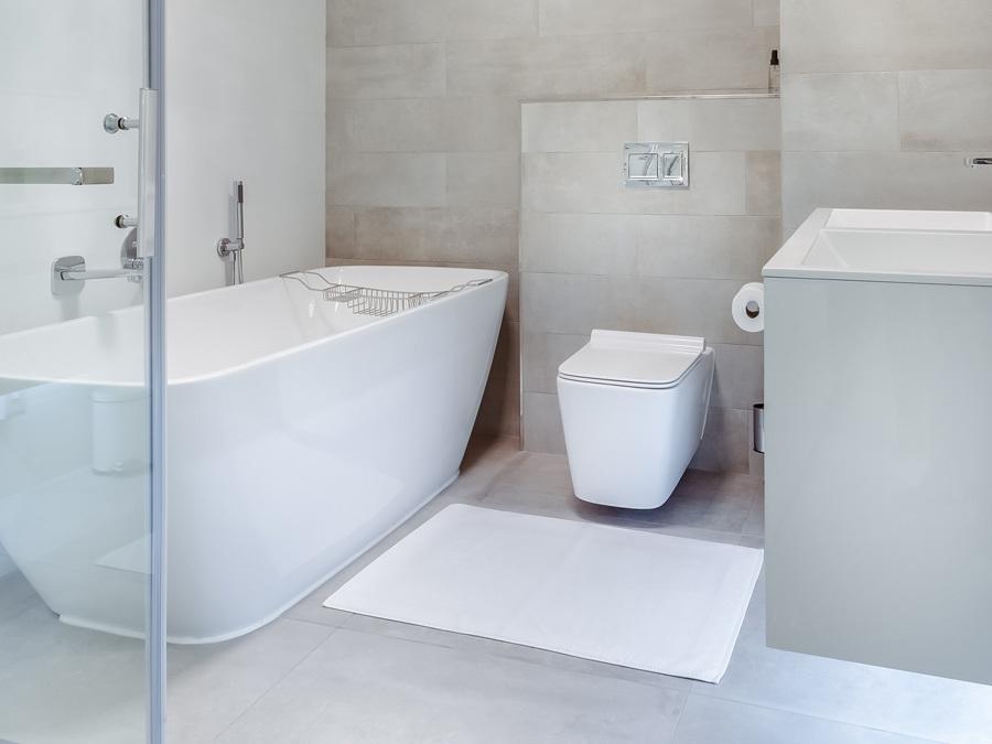 Ein modernes Bad mit freistehender Badewanne.