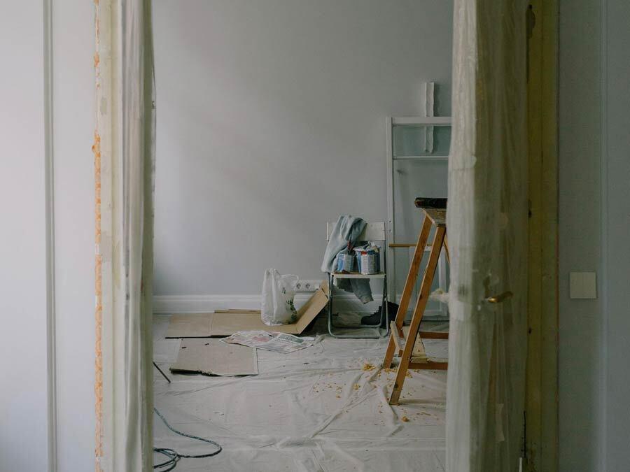 In einer Wohnung wird modernisiert.