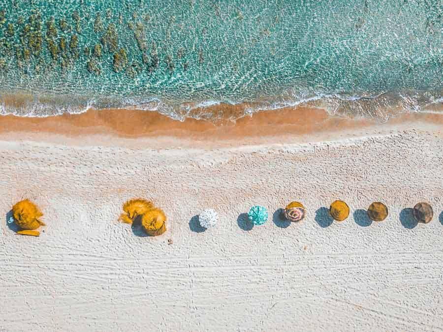 Sonnenschirme an einem sonnigen Strand.