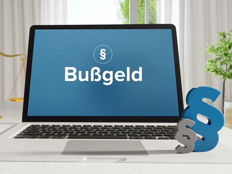 Ein Bildschirm mit dem Wort Bußgeld – Bußgeld wegen Verstoß gegen den Datenschutz kann teuer werden.