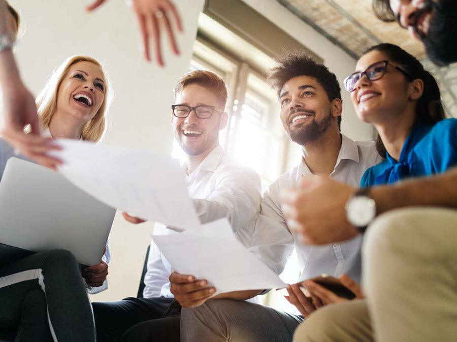 Eine Gruppe von Arbeitnehmern freut sich über die etablierte Feedbackkultur des Unternehmens.